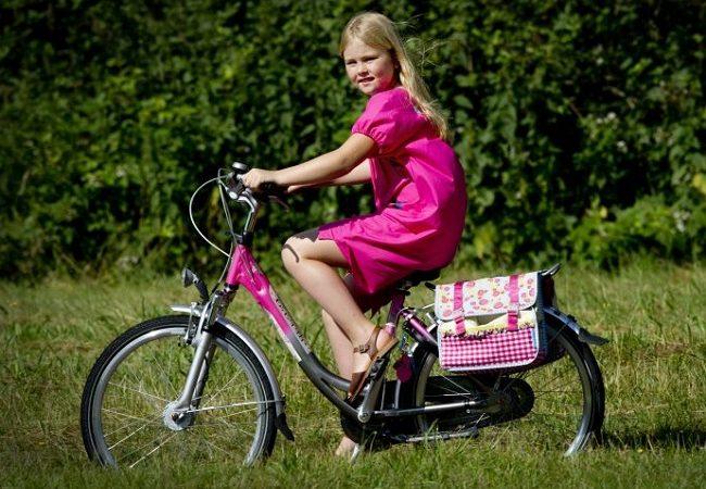 """بالصور : الأميرة """"كاترينا أماليا"""" ولية عهد هولندا، ترتاد مدرسة حكومية و تذهب إليها بالدراجة الهوائية"""