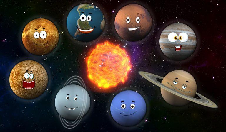 شاهد ما يحدث خلال لفة ( دورة )  كاملة للأرض حول الشمس ودوران الكواكب الأخرى حول الشمس أيضا :