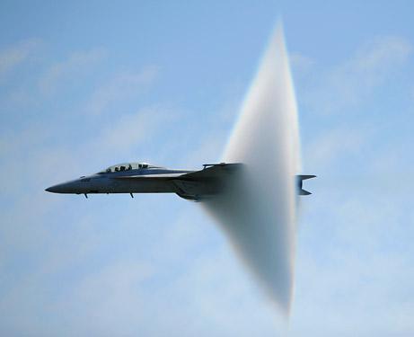 بالصور : ماذا يعنى أن تخترق طائرة حاجز الصوت ؟