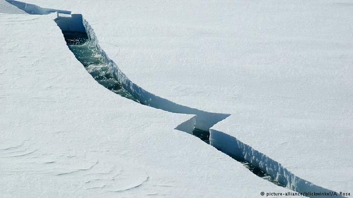 انفصال أضخم جبل جليدي عن القارة القطبية الجنوبية وتحذير من كارثة بيئية قادمة
