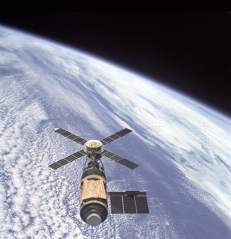 800px-Skylab_and_Earth_Limb_-_GPN-2000-001055-1.jpg