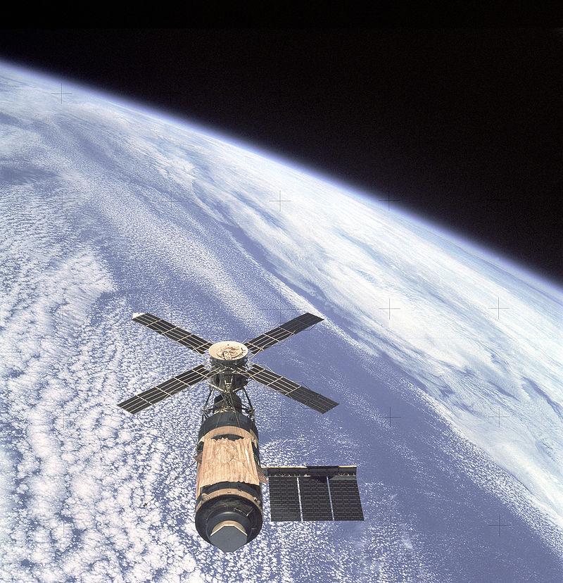 800px-Skylab_and_Earth_Limb_-_GPN-2000-001055-1.jpg